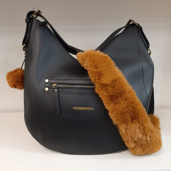 Bolso de Pepe Jeans en piel negro con adorno de borreguillo marrón.